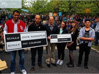 Ausgezeichnetes Engagement: Thomas Lurz unterstützt die Aktion der Schule